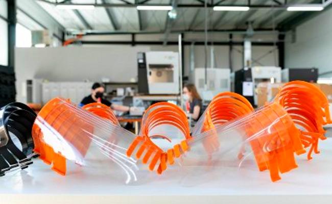 Профессиональные 3D-принтеры 3DGence DOUBLE P255 печатают детали для защитных экранов для лица в период пандемии COVID-19 - фото 1