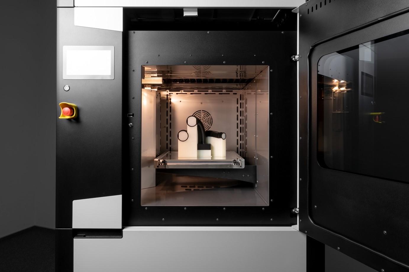 3DGence INDUSTRY F350 оснащен закрытой камерой с активным обогревом, способной нагреваться до 130°C